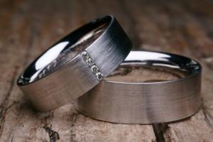 Eheringe stehen als Symbol der ewigen Liebe