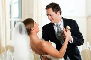 Der Hochzeitsanzug des Bräutigams sollte immer zu Hochzeit und Braut passen