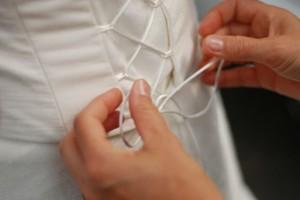 Beim Anziehen des Brautkleides benötigt die Braut immer Hilfe