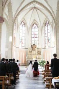 In der Kirche stellt das Brautpaar eine harmonische Einheit dar
