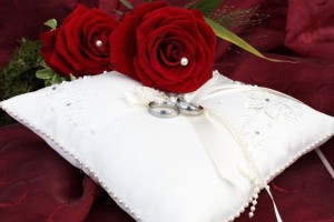 Auf dem Ringkissen werden die Eheringe von den Blumenkindern oder den Trauzeugen getragen