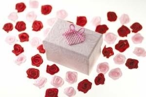 Bei der Hochzeit werden die Hochzeitsgeschenke von den Hochzeitsgästen überreicht