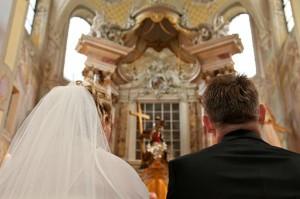 Der Einzug in die Kirche muss immer gut geplant werden, damit es zu keiner Verwirrung bei den Hochzeitsgästen kommt
