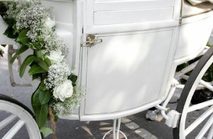 Viele Bräute träumen davon, dass sie mit einer Hochzeitskutsche vorfahren