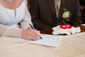 Bei der Trauung am Standesamt wird der Vertrag der Ehe geschlossen