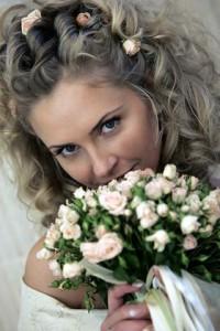 Die Hochzeitsfrisur muss immer an die Gesichtsform der Braut angepasst werden