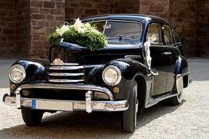 Bei der Fahrt zur Hochzeit sollte nicht nur das Fahrzeug gewählt werden, sondern die Kosten sind ebenfalls im Auge zu behalten