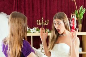 Ein Fleck auf dem Brautkleid kann meist schon mit einfachen Hausmitteln entfernt werden