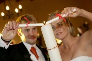 Die Hochzeitskerze stellt einen alten Hochzeitsbrauch dar
