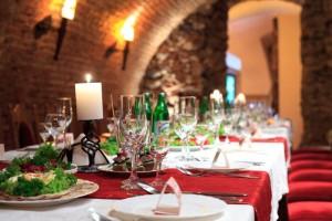 Mit Hilfe der Hochzeitstischkarten kann die Sitzordnung der Hochzeitsgäste fixiert werden