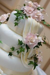 Hochzeitstorten 2013 sind schlicht und setzen nur auf kleine Farbakzente