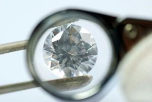 Beim Kauf eines Eheringes sollte immer auf konfliktfreie Diamanten geachtet werden
