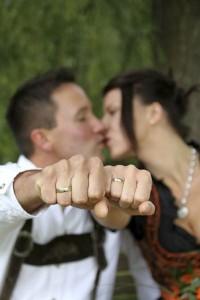 Der Ehering wird meist an der linken Hand getragen, es gibt aber Länder, in denen der Ehering an der rechten Seit zu finden ist
