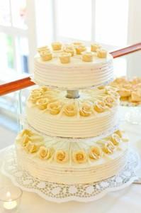 Die Hochzeitstorte stellt ein Highlight bei der Hochzeit dar. Preis, Geschmack und Optik sollten deswegen immer unter die Lupe genommen werden