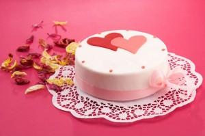 Die Hochzeitstorte sollte mit Verzierungen und Zuckerguss immer eine individuelle Note bekommen