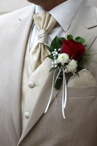 Hochzeitsanstecker sind ein kleines Detail beim Hochzeitsanszug