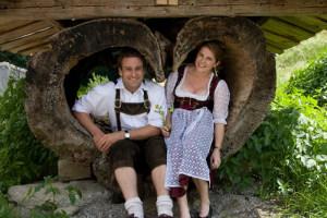 Brautpaar im Baumstamm