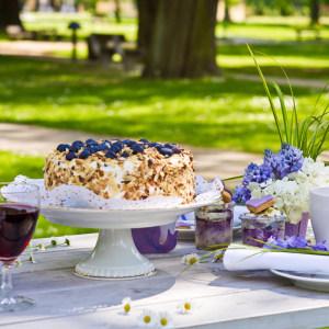 Torte auf dekoriertem Tisch